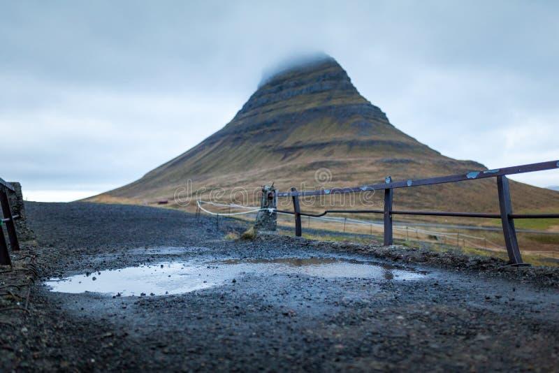 瀑布和美丽的景色在kirkjufell山在冰岛欧洲 图库摄影