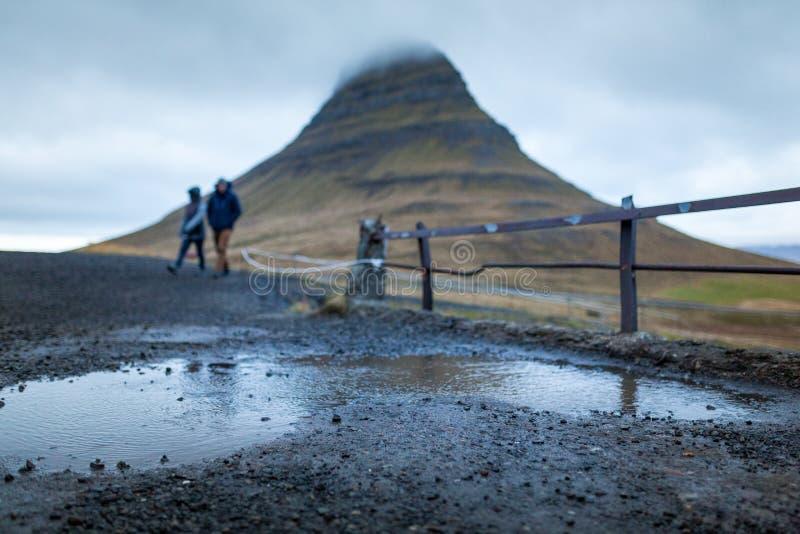 瀑布和美丽的景色在kirkjufell山在冰岛欧洲 免版税库存照片