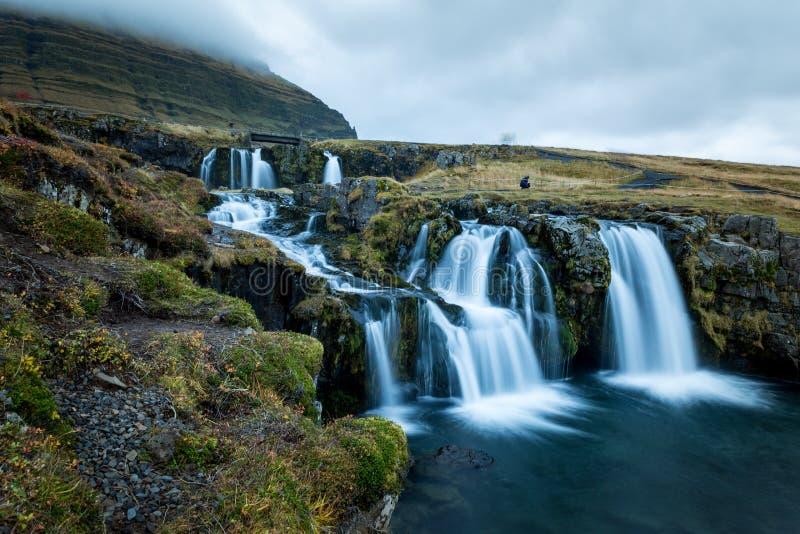 瀑布和美丽的景色在kirkjufell山在冰岛欧洲 库存照片