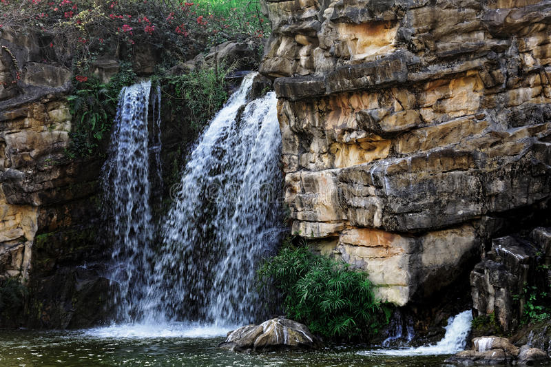 瀑布和蓝色流 图库摄影
