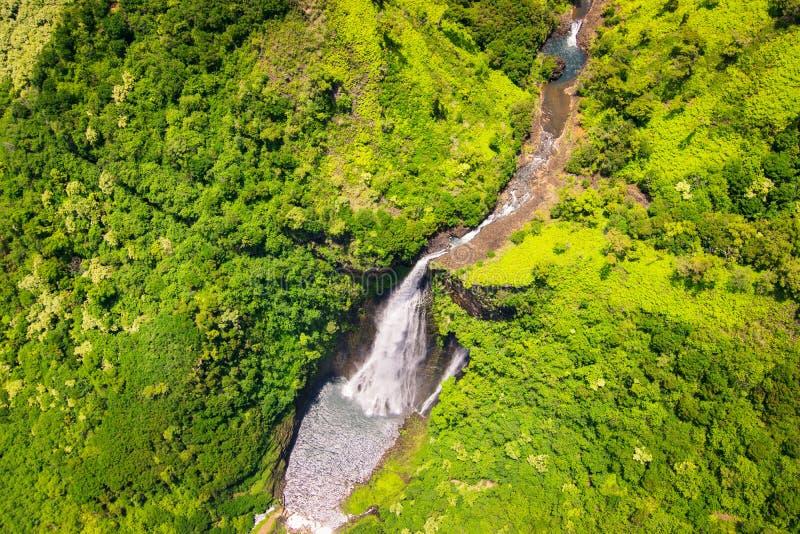 瀑布和绿色风景,考艾岛空中风景视图  库存照片