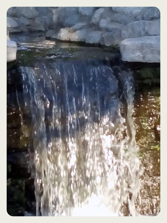 瀑布在一个春天晴天 库存图片