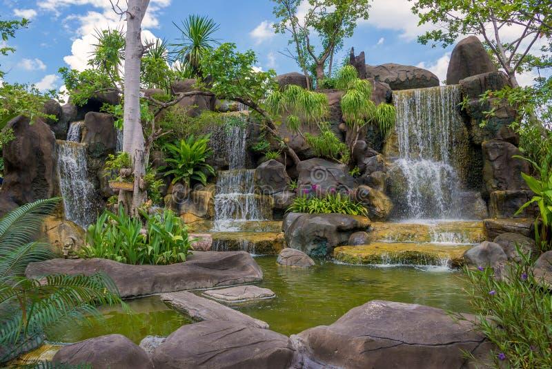 瀑布在公园的庭院里 库存图片