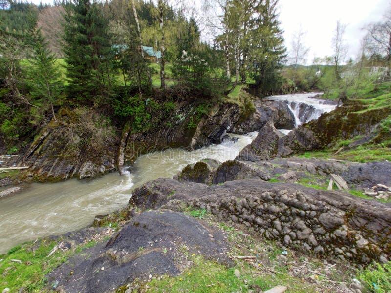 瀑布在切尔诺夫策地区,在村庄Shepot,乌克兰 库存图片