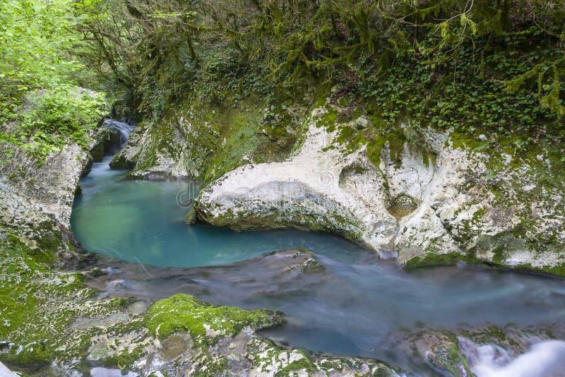 瀑布在峡谷Chernigovka 免版税库存照片