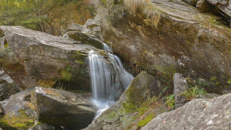 瀑布在森林在秋天 库存照片