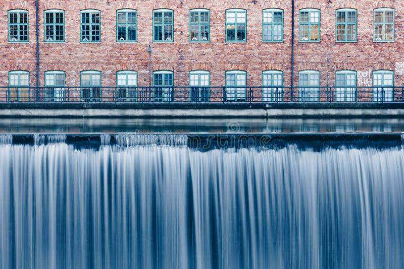 瀑布在老工业区在诺尔雪平,瑞典 库存图片