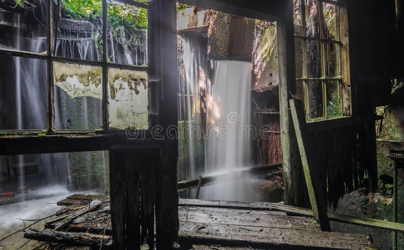 瀑布在铸造厂的屋子里 库存图片