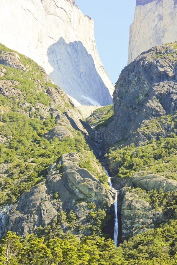 瀑布在torres在岩石上的del paine围住Cuernos,巴塔哥尼亚 免版税库存照片