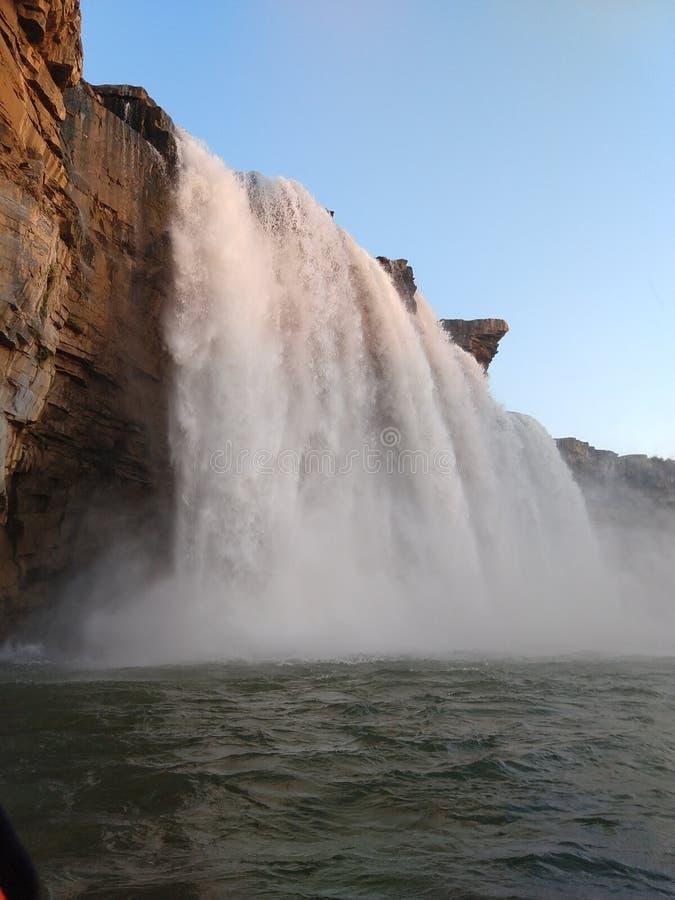 瀑布岩石小船乘驾反射chhattisgarh风景湿反射发光的巨大的重的当前力量goosebumps湿晚上 库存图片