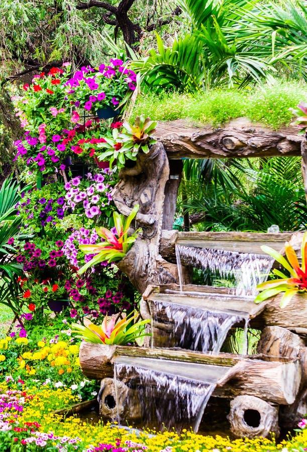 瀑布流程在舒适家庭花园里 图库摄影