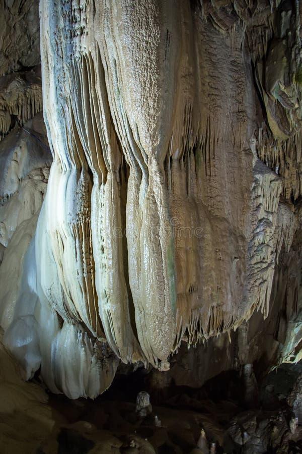 瀑布的图象从钟乳石的 库存图片