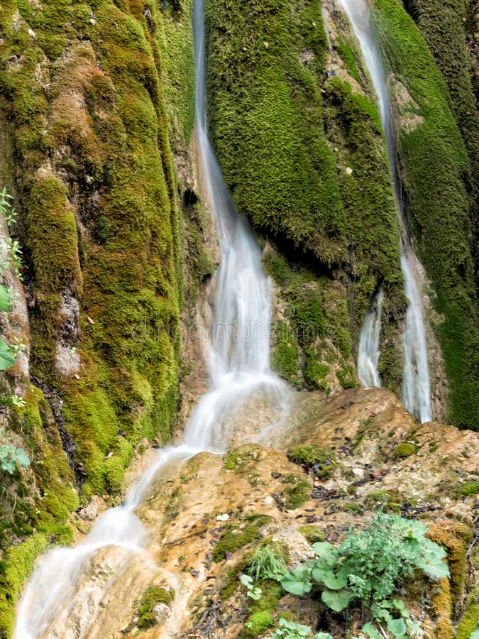 瀑布的美好的风景与绿色青苔的 免版税图库摄影