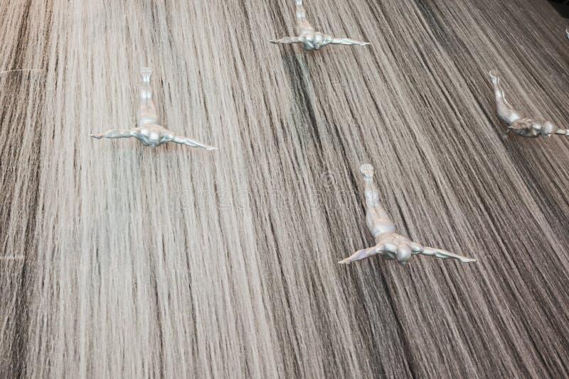 瀑布的飞人在迪拜购物中心 库存图片