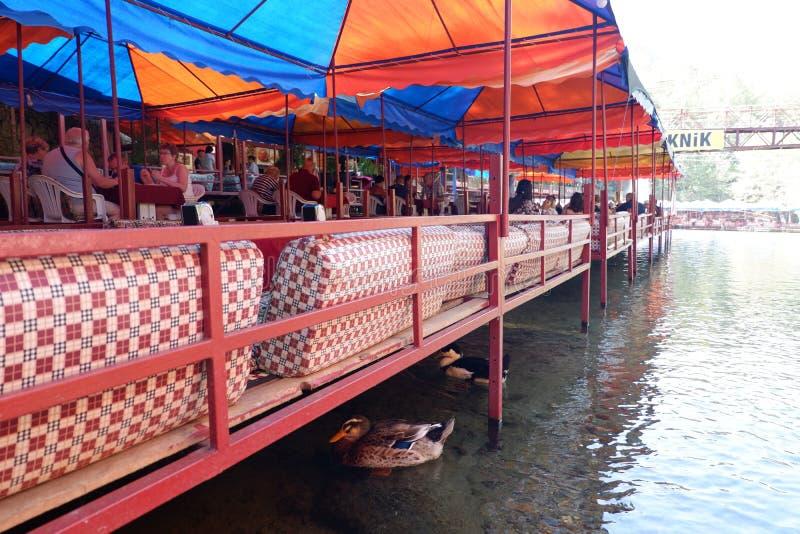 瀑布的餐馆在阿拉尼亚,土耳其 免版税库存图片