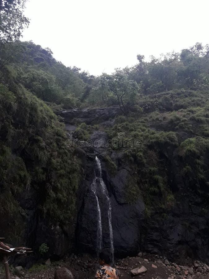 瀑布看起来伟大和美丽在小山区域在山附近 免版税库存图片