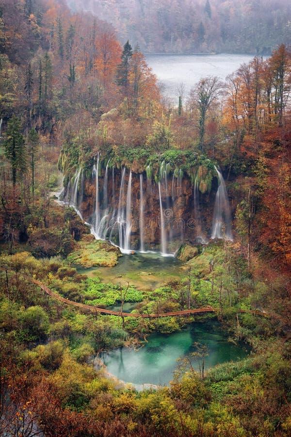 瀑布秋天多雨风景在国立公园Plitvice湖,克罗地亚 免版税库存图片