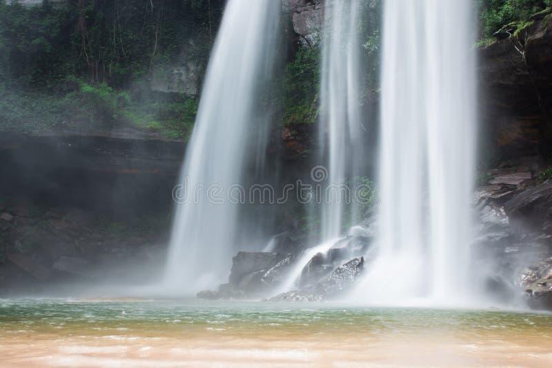瀑布美丽在狂放的自然 免版税库存图片