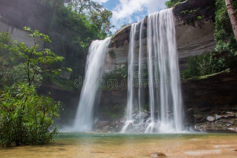 瀑布美丽在狂放的自然 免版税库存照片