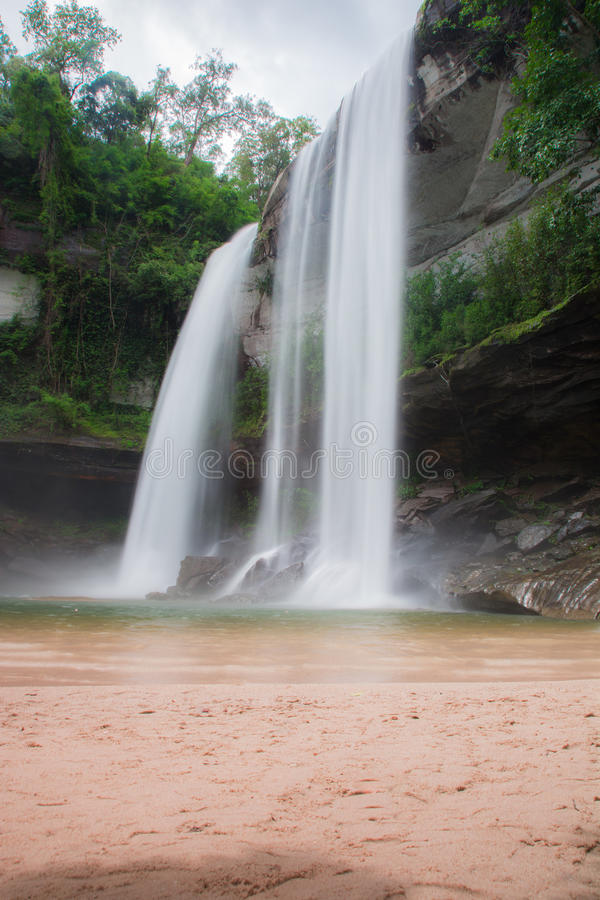 瀑布美丽在狂放的自然 库存照片