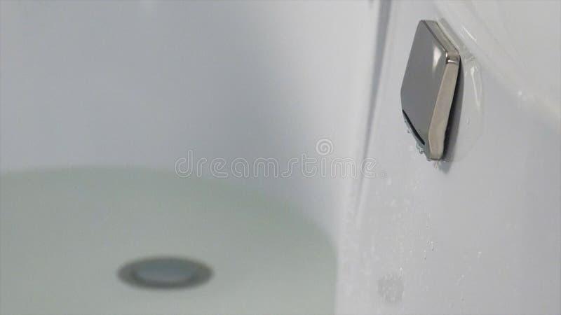 瀑布龙头 有极可意浴缸的瀑布喷气机在行动 与瀑布喷气机的空的在行动的游泳池和极可意浴缸 图库摄影