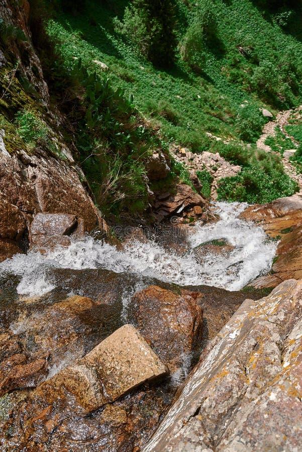瀑布butakovsky,自然,山,在有天空和cloudRiver的阿尔玛蒂附近在butakovsky瀑布附近在阿尔玛蒂附近,风景 图库摄影