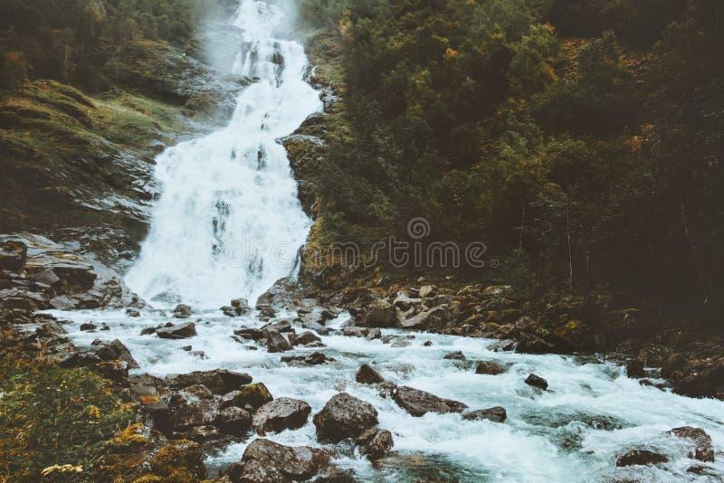 瀑布Hjellefossen和深森林在山环境美化 库存图片