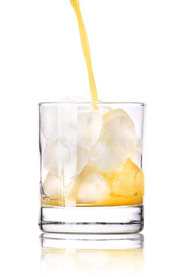 灌入对玻璃的新鲜的橙汁 免版税图库摄影