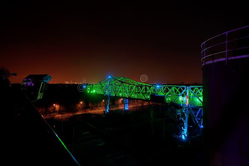 灌油桥台工厂鳄鱼Landschaftspark,杜伊斯堡,德国,夜 免版税库存照片