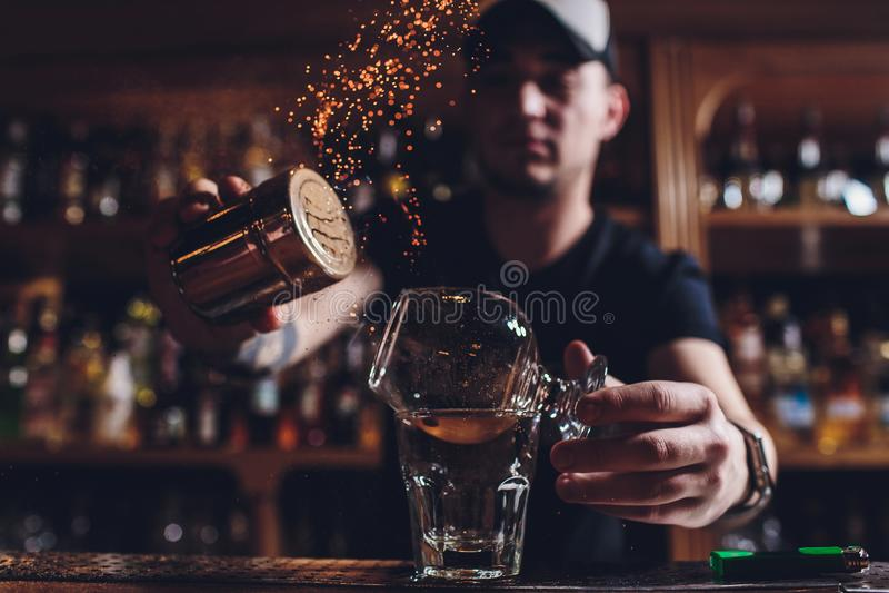 火冰鸡尾酒用薄菏和桂香 免版税图库摄影