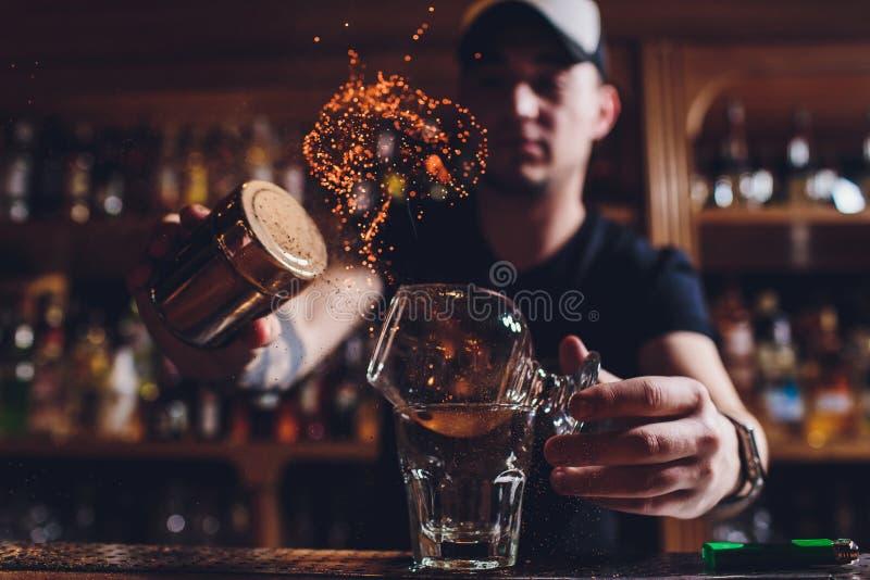 火冰鸡尾酒用薄菏和桂香 库存图片