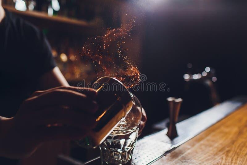 火冰鸡尾酒用薄菏和桂香 免版税库存照片