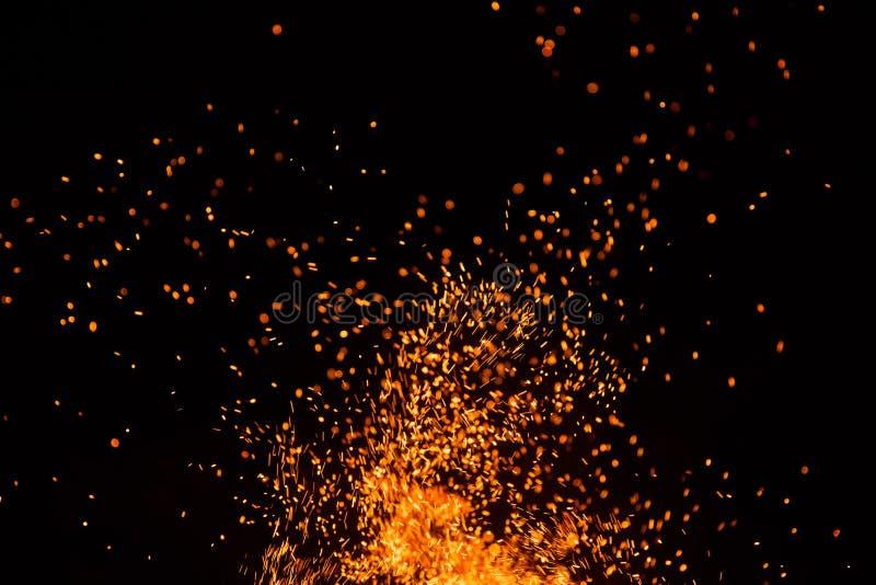火发火花与在黑背景的火焰 库存照片