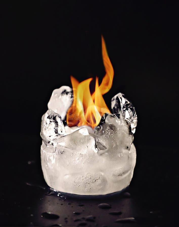 火和冰块熔化 库存照片