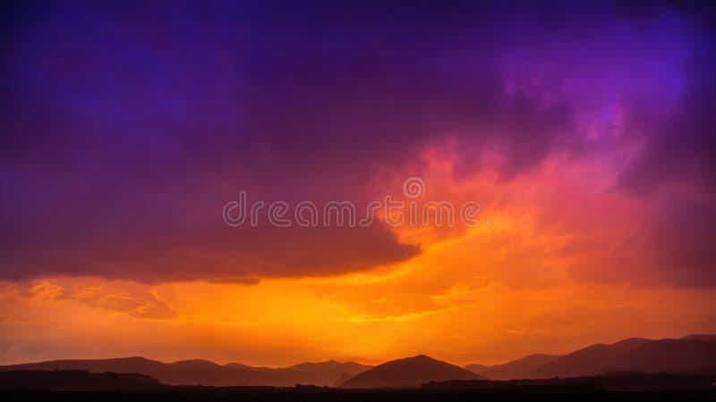 火和冰风雨如磐的云彩天空日出 库存图片