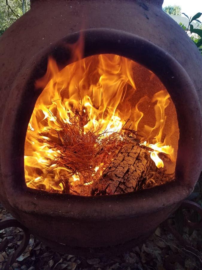 火和火焰在黏土Chimenea里面 免版税库存照片