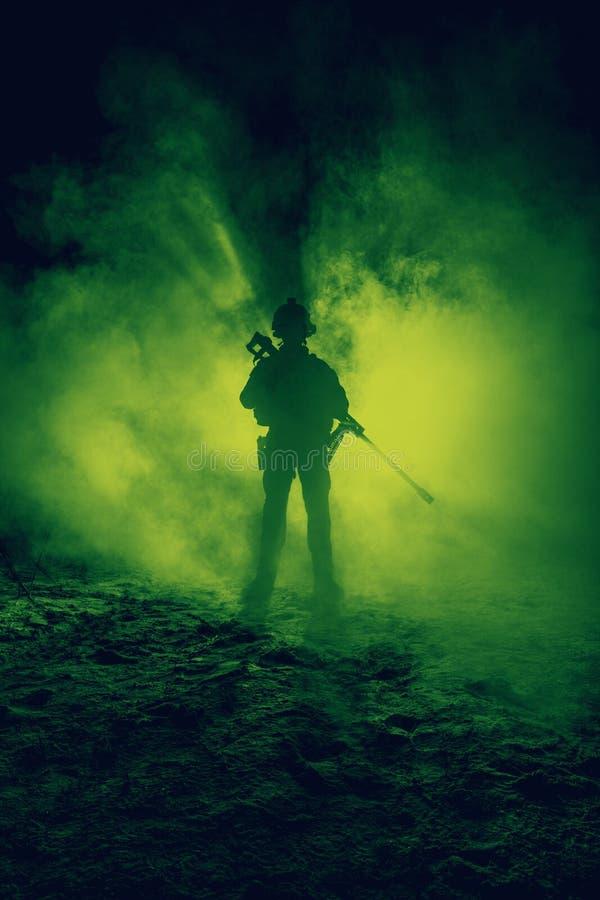 火和烟的军队狙击手 库存照片