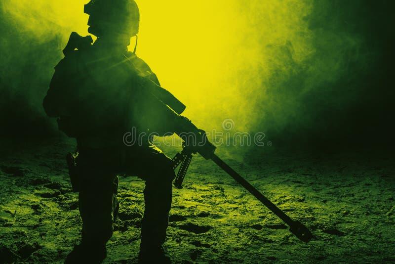 火和烟的军队狙击手 免版税库存图片