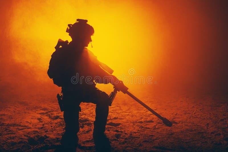 火和烟的军队狙击手 图库摄影