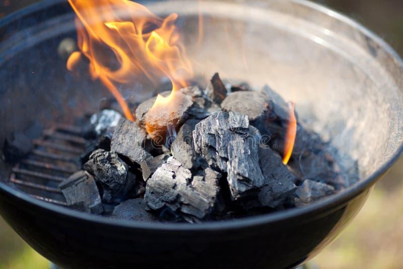火和煤炭在烤肉 免版税库存图片