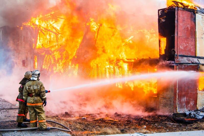 火在房子里 免版税库存照片
