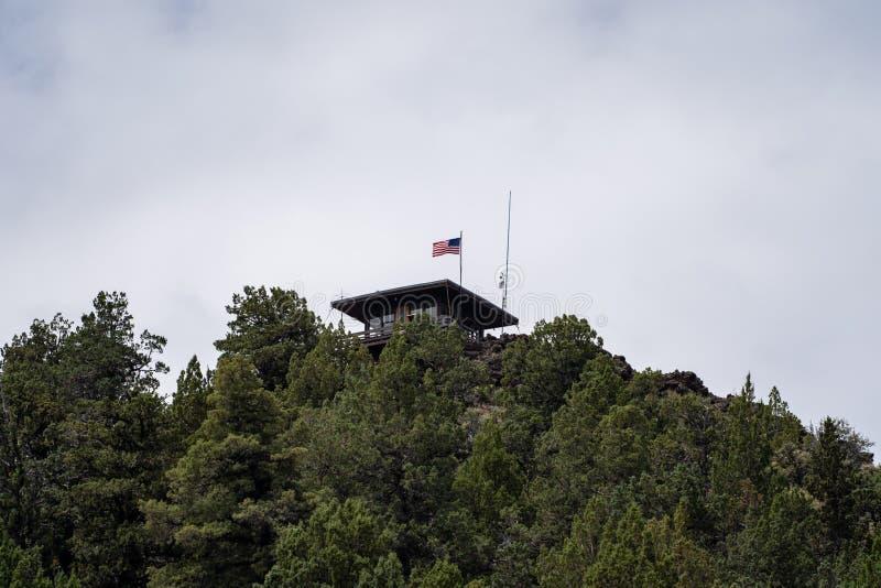 火在Schonchin小山顶部的监视城楼在火山岩床国家历史文物在加利福尼亚 免版税库存照片