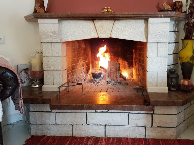 火壁炉冬天家内部 图库摄影