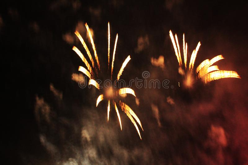 火展示 夜背景 ?? ?? 圣诞节和新年的庆祝在五颜六色明亮的orazhevy的火光 图库摄影