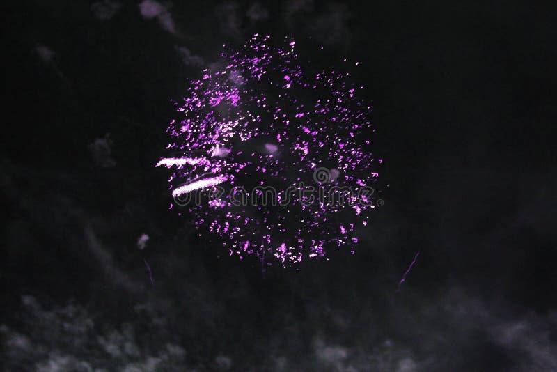 火展示 夜背景 ?? i ?? 圣诞节和新年的庆祝在明亮落 免版税库存图片