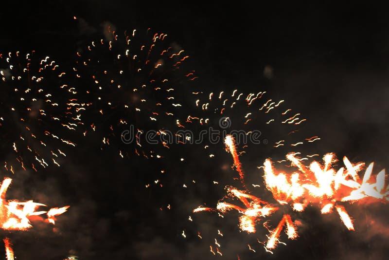 火展示 夜背景 ?? i ?? 圣诞节和新年的庆祝在明亮落 免版税图库摄影