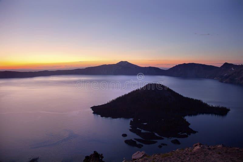火山口海岛湖俄勒冈日出向导 库存图片