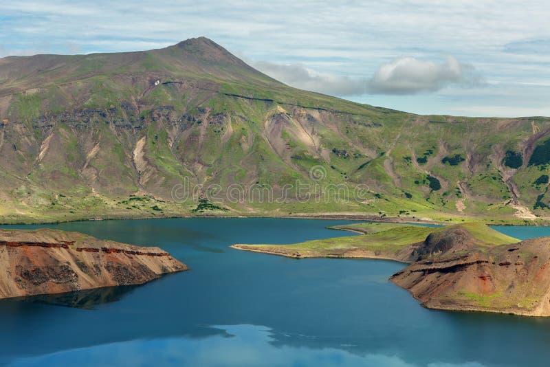 破火山口火山的克苏达奇火山湖 南堪察加自然公园 免版税库存图片