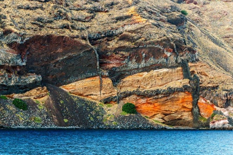 破火山口的内在墙壁,圣托里尼五颜六色的层数  免版税库存图片