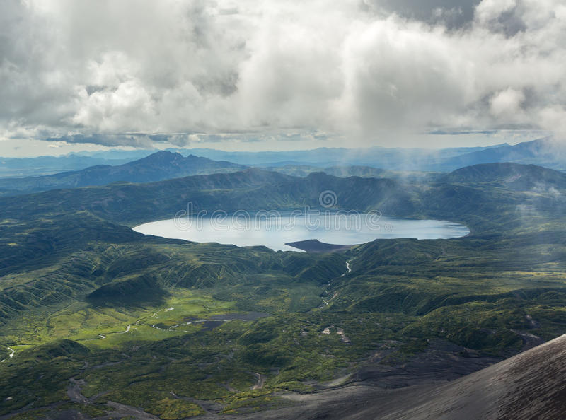 火山口Karymsky湖 克罗诺基火山在堪察加半岛的自然保护 免版税库存照片